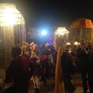 Parade qui accompagne l'arrivée du marié