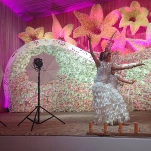 Danseuses qui accompagnent l'arrivée de la mariée