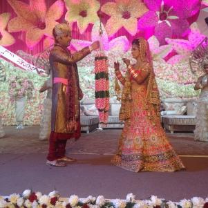 Echange des colliers de fleurs, geste traditionnel de la cérémonie du mariage
