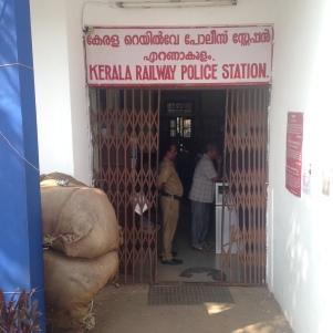 Rendez vous matinal à la gare de Kochi / Police Station